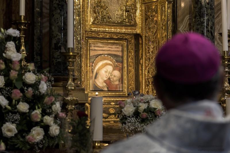 L'icona sacra e Monsignor Angelo Massafra - ©Giuseppe Marsoner