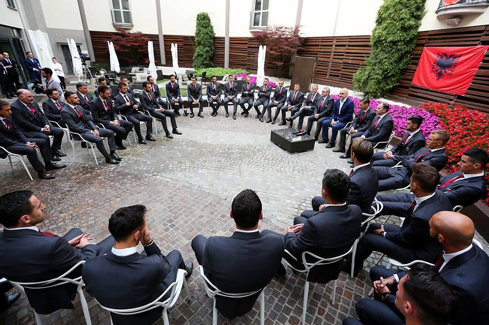 Takimi i kryeministrit me Kombëtaren para nisjes për në Francë