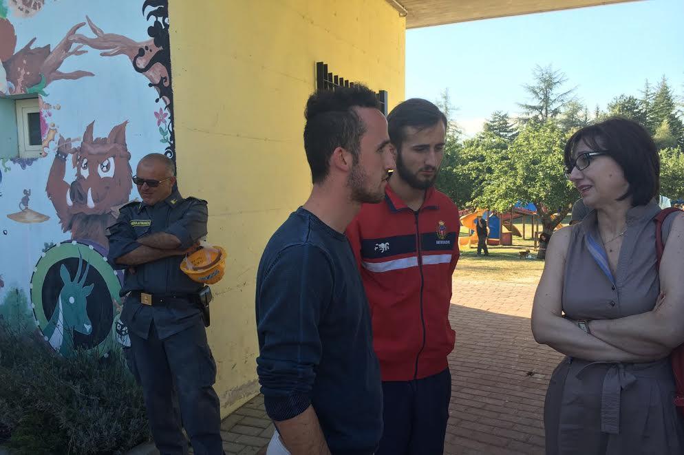 Ambasadorja Anila Bitri me dy të rinj të cilëve tërmeti u shkatërroi shtëpitë