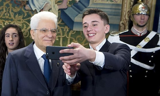 Bernard Dika scatta un selfie col presidente della Repubblica che gli ha consegnato il titolo di Alfiere della Repubblica