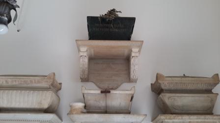 L'urna (in alto) dove vengono custodite le ceneri di Dora d'Istria  (un omaggio dell'Istituto dei sordomuti di Firenze)