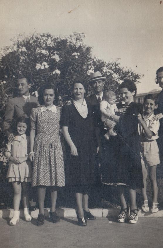 Bari, Itali 1941. Ana e Xhulio, me djemte e tyre dhe me motren e Anes e te aferm ne Bari