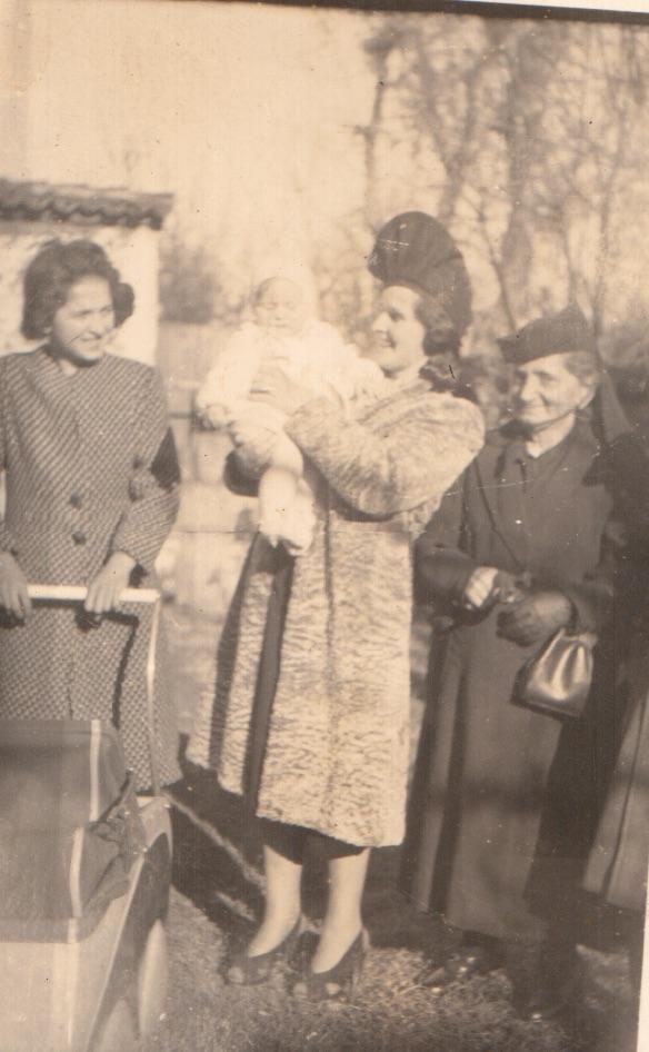 Tirane, Shqiperi 1941. Nena e Anes sapo kishte ardhur nga Napoli, me rastin e lindjes se nipit, djalit te Anes