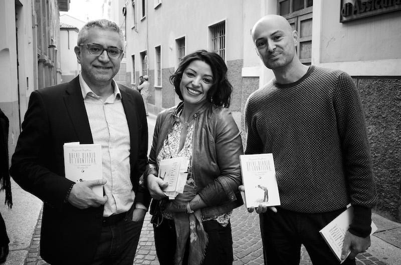 L'autore Gazmend Kapllani con Darina Zeqiri e Ilir Gjika. Photo copyright Linda Vukaj