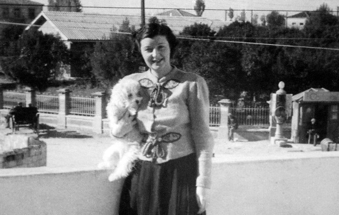 Aurelia në ballkonin e Bankës - Vlorë 1938