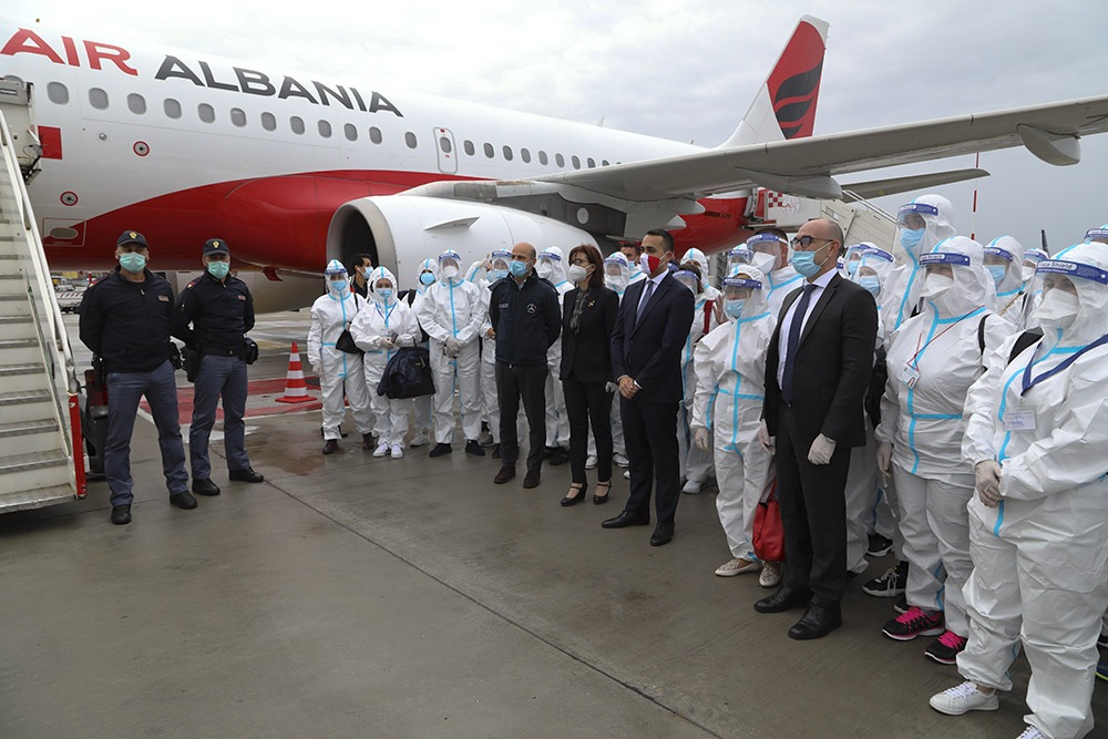 Ambasadorja e Shqipërisë në Itali Anila Bitri Lani dhe ministri i Jashtëm i Republikës itaiane Luigi Di Maio, në aeroportin e Fiumicinos, në pritjen e kontingjentit të dytë të mjekëve dhe infermierëve të ardhur nga Shqipëria